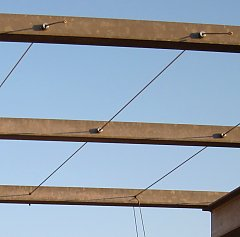 Tensioned arrangement with wire rope