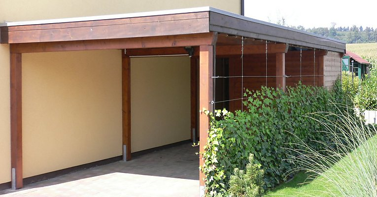 Carport with privacy-screen (ivy on metal cables)