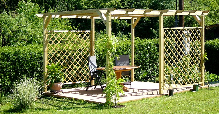Free standing trellis without wall contact on a pergola