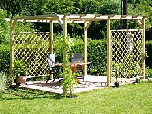 Freestanding trellises without wall contact