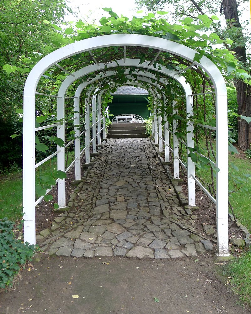 laubengang aus holz oder metall bauen und begrünen, Gartengerate ideen